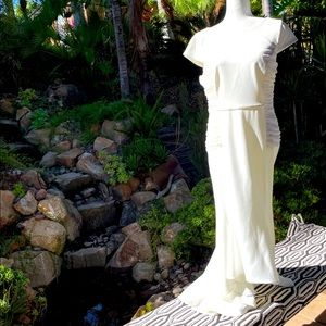 HALSTON HERITAGE white cap sleeve crepe knit gown with side ruch detail w/ train